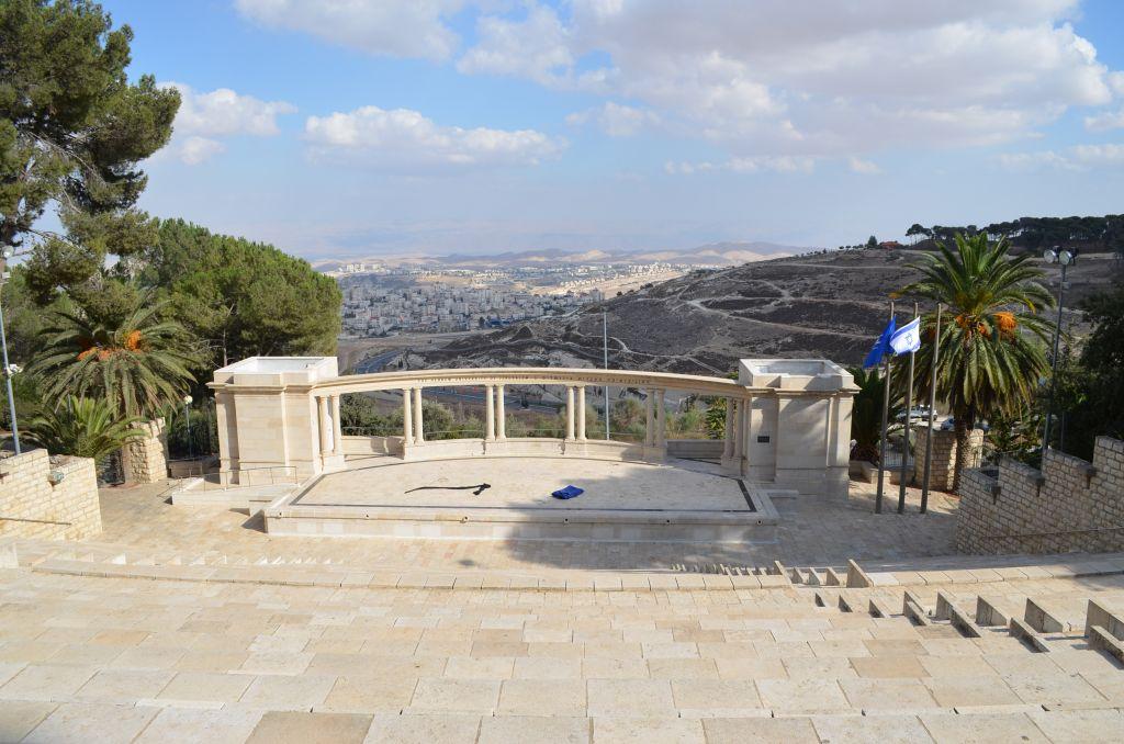 Das Artrium an der Hebräischen Universität mit Blick auf Ost-Jerusalem