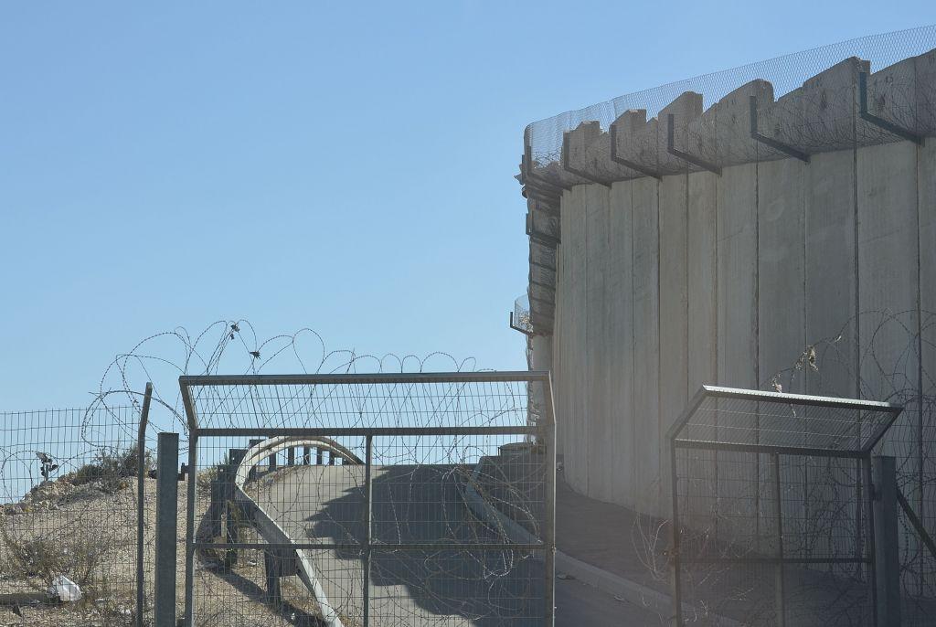Die Sperranlage am Qualandia Checkpoint im Nordwesten von Jerusalem