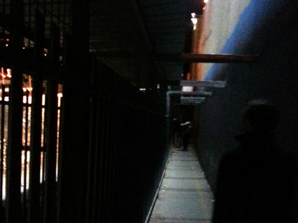 rechts die Mauer, links das Gitter