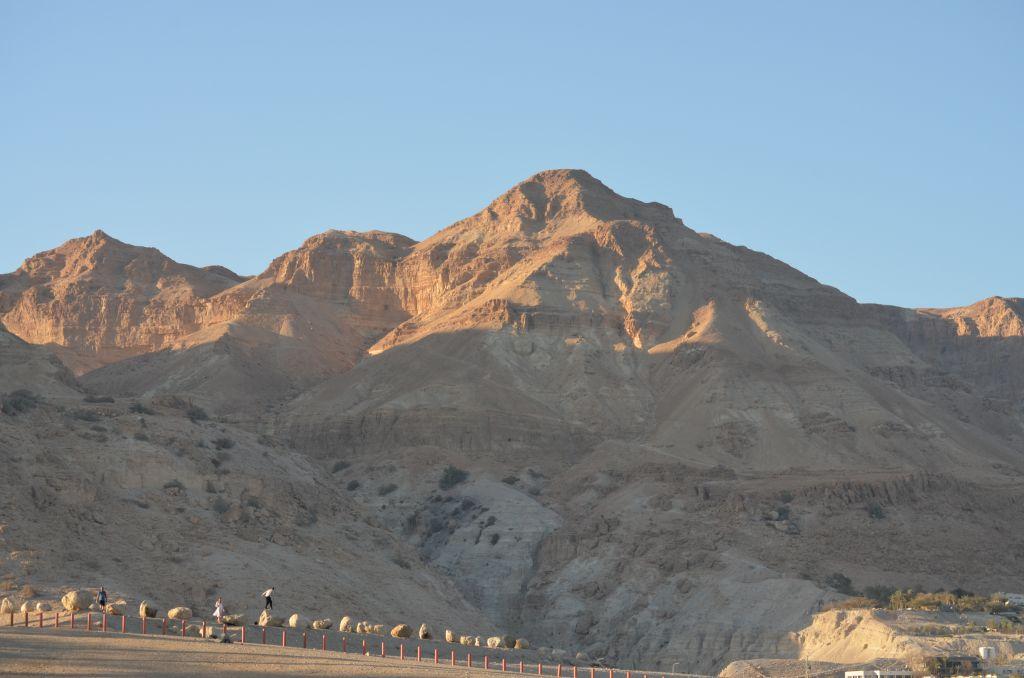 Goldig - die Sonne geht unter am Toten Meer. Januar 2014