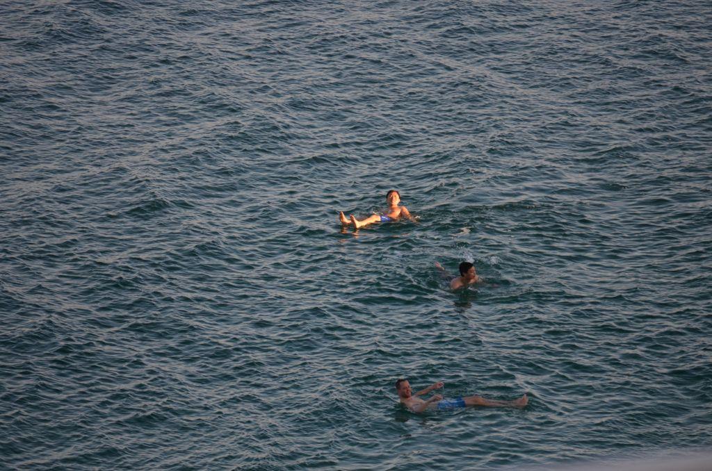 Pack' die Badehose aus: Badende im Toten Meer, Januar 2014