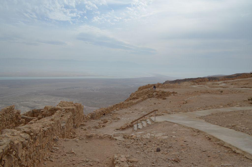 Von vorne nach hinten: Masada, Wüste, Totes Meer, Jordanien. Januar 2014