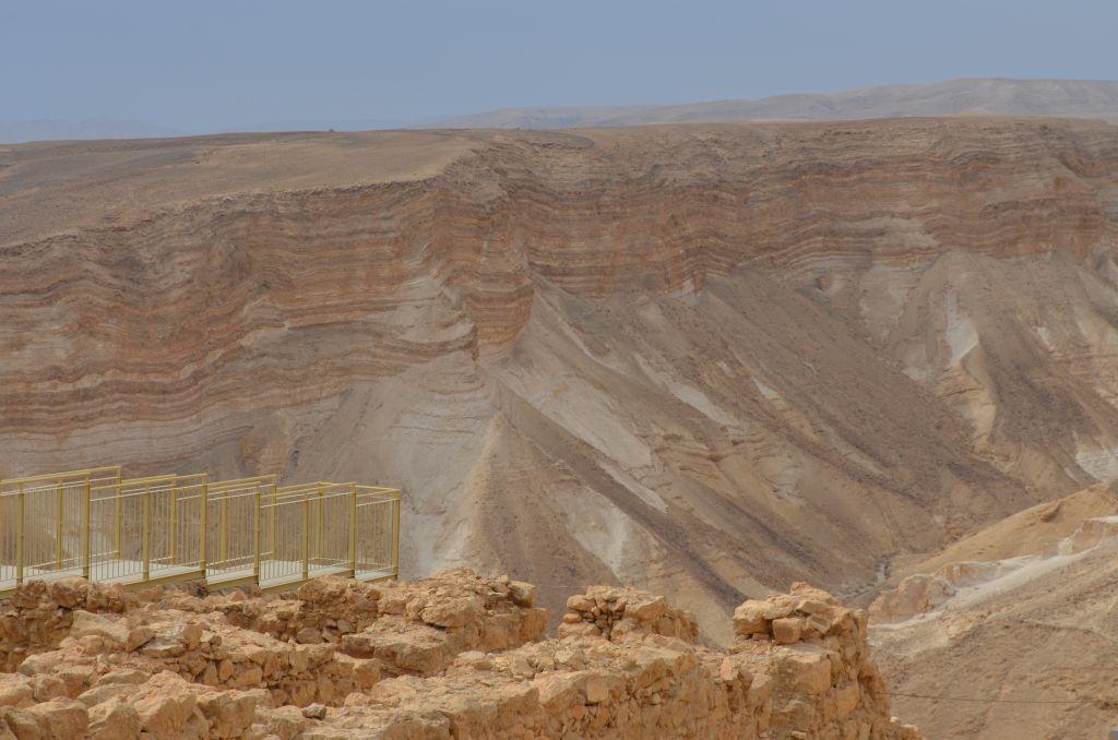 Von der ehemaligen jüdischen Festung Masada aus lässt es sich tief in die Schluchten blicken, Januar 2014